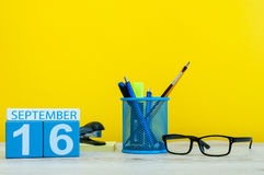 16 de septiembre Imagen del 16 de septiembre, calendario en fondo amarillo con los materiales de oficina Caída, tiempo del otoño Imágenes de archivo libres de regalías