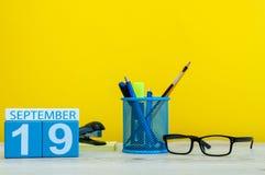 19 de septiembre Imagen del 19 de septiembre, calendario en fondo amarillo con los materiales de oficina Caída, tiempo del otoño Imagenes de archivo
