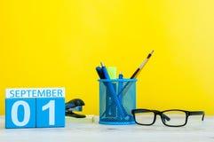 1 de septiembre Imagen del 1 de septiembre, calendario en fondo amarillo con los materiales de oficina De nuevo a concepto de la  Fotos de archivo libres de regalías