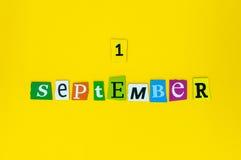 1 de septiembre la imagen del 1 de septiembre talló el calendario de las letras en fondo amarillo Día del otoño De nuevo a tiempo Imagen de archivo