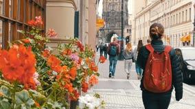 12 de septiembre de 2017 - Praga, República Checa: una muchedumbre de gente que da un paseo a través de las calles de las compras almacen de metraje de vídeo