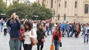 12 de septiembre de 2017 - Praga, República Checa: una muchedumbre de gente que da un paseo a través de las calles de las compras almacen de video