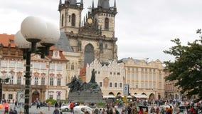 12 de septiembre de 2017 - Praga, República Checa: vista sobre la vieja plaza principal y ayuntamiento de Praga donde muchos almacen de video