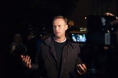 29 de septiembre de 2017, RUSIA, MOSCÚ: El líder de la oposición rusa, Alexei Navalny, deja la comisaría de policías imagen de archivo