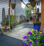 15 de septiembre de 2018 - Skagway, AK: Jardín privado colorido de la calle de Broadway foto de archivo