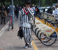 22 DE SEPTIEMBRE DE 2016: Una muchacha de moda que camina después del desfile de moda de EMILIO PUCCI, Milan Fashion Week Spring  Fotos de archivo