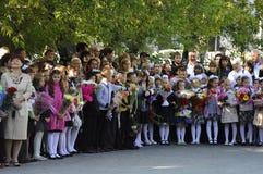1 de septiembre Una regla solemne de alumnos en el patio de escuela Imágenes de archivo libres de regalías