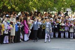 1 de septiembre Una regla solemne de alumnos en el patio de escuela Foto de archivo