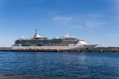 De Serenade van het cruiseschip van het Overzees van de Internationale Vloot van Royal Caribbean dokte in de Haven van Vanasadam  royalty-vrije stock foto's