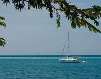 De Sereniteit van de zeilboot bij een Caraïbische Ertsader Royalty-vrije Stock Afbeeldingen