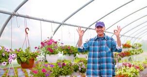 De Serre van tuinmansupervising plants in stock video