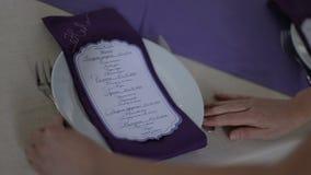 De serveerster dient lijst bij huwelijk stock footage