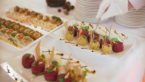 De serveerster dient lijsten voor cocktail party catering stock video