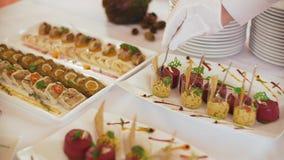 De serveerster dient lijsten voor cocktail party catering stock videobeelden