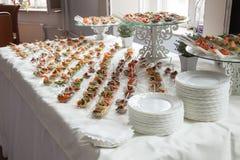 De serveerster dient lijsten voor cocktail party catering Royalty-vrije Stock Foto's