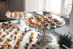 De serveerster dient lijsten voor cocktail party catering Royalty-vrije Stock Afbeelding