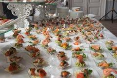 De serveerster dient lijsten voor cocktail party catering Stock Afbeelding