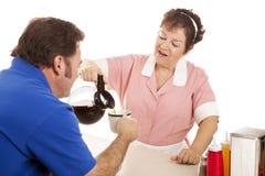 De serveerster geeft de Nieuwe vulling van de Koffie Stock Foto's