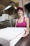 De serveerster met neemt pizza Stock Foto's
