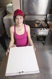 De serveerster met neemt pizza Royalty-vrije Stock Foto