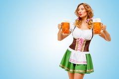 De Serveerster van Oktoberfest stock afbeelding