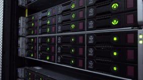De Server van HDD SATA De LEIDENE lampen knipperen in gegevensserver met veelvoudige harde aandrijving in groot rek stock footage