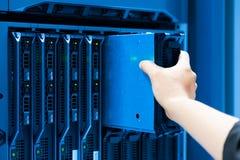 De servernetwerk van de mensenmoeilijke situatie in de ruimte van het gegevenscentrum Stock Afbeelding