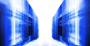 De serverruimte met modern materiaal in de gegevens centreert onduidelijk beeld en motie Stock Foto's