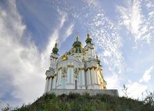 12 de setembro de 2010 - arquitetura hist?rica antiga no centro de Kiev contra o c?u azul com nuvens brancas fotografia de stock