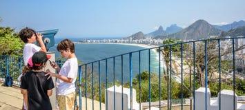 7 de setembro de 2016 As crianças que olham através do telescópio na vista bonita de Copacabana encalham, Rio de janeiro, Brasil imagem de stock