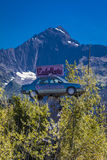 2 de setembro de 2016 - automóvel de Eads, Seward Alaska - um carro nas árvores sob uma grande montanha - referente à cultura nor Foto de Stock