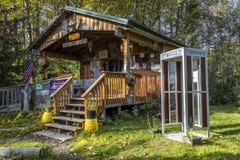 3 de setembro de 2016 - a cabine do Alasca de Dru do Sourdough com cabine de telefone, esperança, Alaska - referente à cultura no Fotos de Stock Royalty Free