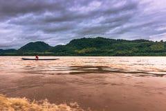 21 de setembro de 2014: Pescador no Mekong River, Laos Fotos de Stock Royalty Free