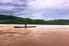21 de setembro de 2014: Pescador no Mekong River, Laos Imagem de Stock