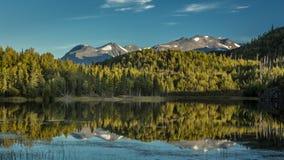 1º de setembro de 2016 vista cênico das montanhas de Kenai refletidas no lago tern durante a queda na península de Kenai em Alá S Fotos de Stock