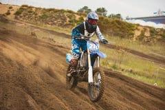 24 de setembro de 2016 - Volgsk, Rússia, competência transversal do moto do MX - o cavaleiro da bicicleta da menina monta em uma  Imagens de Stock