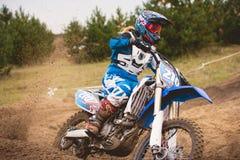 24 de setembro de 2016 - Volgsk, Rússia, competência transversal do moto do MX - o cavaleiro da bicicleta da menina monta em uma  Imagem de Stock Royalty Free