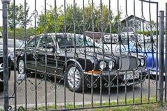 2 de setembro de 2017, Kiev - Ucrânia; Bentley é atrás das barras Carro retro imagens de stock royalty free