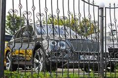 2 de setembro de 2017, Kiev - Ucrânia; Bentley Bentayga é atrás das barras Carro novo fotos de stock