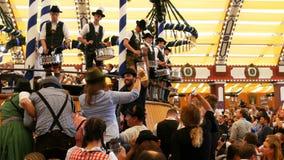 17 de setembro de 2017 - Munich, Alemanha: Bem vestido em trajes bávaros nacionais, homens jogue cilindros e manter distraído a m video estoque