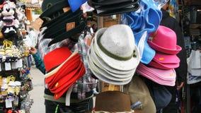 17 de setembro de 2017 - Munich, Alemanha: Muitos sentiram chapéus multi-coloridos e diferentes para pendurar em um gancho da rua video estoque