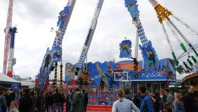 17 de setembro de 2017 - Munich, Alemanha: O passeio o maior de OktoberfestPeople do festival da cerveja nas atrações para ter o  vídeos de arquivo