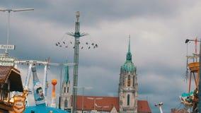 17 de setembro de 2017 - Munich, Alemanha: uma multidão de povos vestiu-se em trajes bávaros nacionais anda ao longo do Oktoberfe vídeos de arquivo