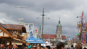 17 de setembro de 2017 - Munich, Alemanha: uma multidão de povos vestiu-se em trajes bávaros nacionais anda ao longo do Oktoberfe filme