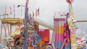 17 de setembro de 2017 - Munich, Alemanha: Várias atrações multi-coloridas em que os povos têm o divertimento, Oktoberfest em Bav video estoque
