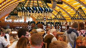 17 de setembro de 2017 - Oktoberfest, Munich, Alemanha: Os povos bebem, cantam, comemoram têm o divertimento em uma barraca da ce vídeos de arquivo