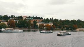 12 de setembro de 2017 - Praga, República Checa: Muitos barcos de turista passam sobre o rio em Praga, Vltava com muito filme