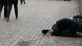 12 de setembro de 2017 - Praga, República Checa: o pobre homem pede o dinheiro ou a esmola com uma mão estendido na passagem dos  filme