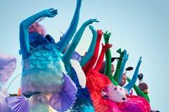 10 de setembro de 2017 Rússia, Moscovo Atores da rua em peixes do mar de um papel Festival brilhante dos povos imagens de stock royalty free