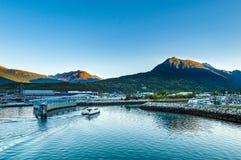 15 de setembro de 2018 - Skagway, AK: Balsa local expressa de Fjordlands que chega no porto na aurora fotos de stock royalty free